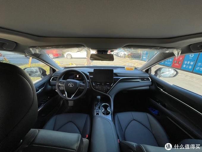 (车内空间很宽敞,主驾驶座位可以四向调节,这里要点赞腰部支撑,这个功能是在太实用 了,长途开车,妈妈再也也不用担心我的腰疼了;Y 造型的中控,富裕了驾驶位更多的活动空间,中控下方以及方向盘左侧都有储物格,在原本扶手箱和茶杯架这些基本储物保留的同 时,大大提升了储物能力。)