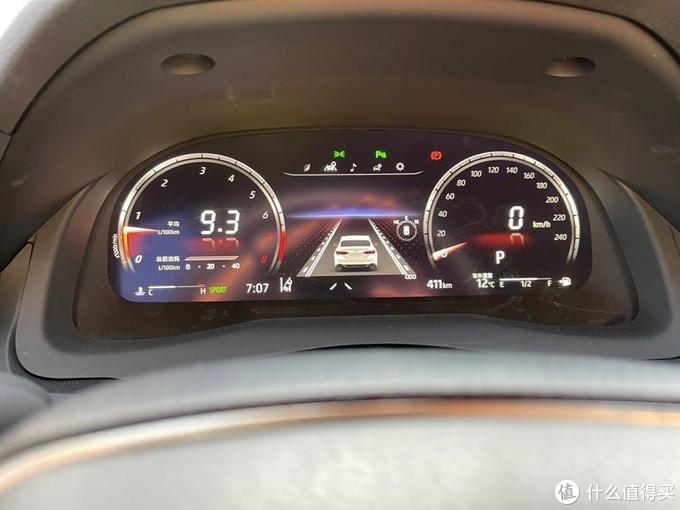 """(10.2 寸的全液晶仪表盘展示,显示包含有车道保持,车道偏离预警,主动刹车,还有 HUD 显示等等,有人会问为什么驾驶颜色是红色的?2.5L 豪华的凯美瑞赋予了车辆模式选择,有 节能、正常以及运动模式,这就是我切换到运动模式拍仪表盘的样子,感觉是有那么点酷炫 哈)(最后,晒一下凯美瑞的车钥匙,低调内敛的造型带着一丝丝沉稳;长按锁车键可以进行一 键升窗的操作,还是比较方便的;再配合丰田自驾的""""风云行""""app 防止疏忽)"""