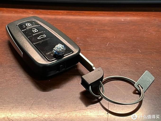 """(最后,晒一下凯美瑞的车钥匙,低调内敛的造型带着一丝丝沉稳;长按锁车键可以进行一 键升窗的操作,还是比较方便的;再配合丰田自驾的""""风云行""""app 防止疏忽)"""