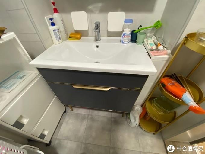 还没收拾的浴室柜