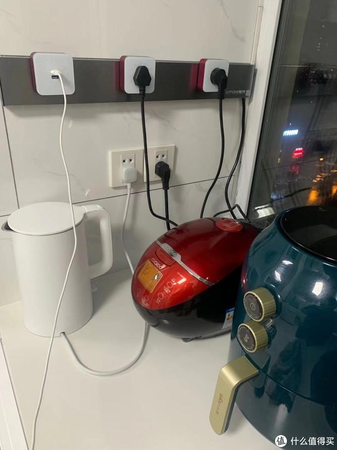 作为一名单身狗,做饭需要看菜谱,经常下班到家电话没剩多少电, 这个USB 接口正好能让我一边充电一边看菜谱 然后做饭.