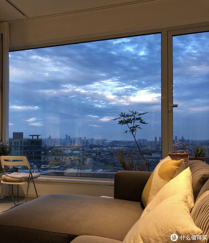 青岛一对夫妻,把家安在山顶上,超大落地窗,景色绝美到令人震撼