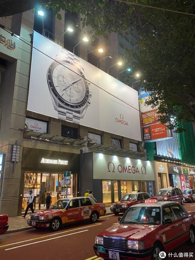 銅鑼灣羅素街旗艦店,旁邊是愛彼