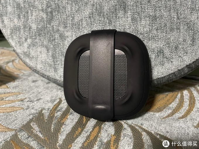 后面的带子可以拆开扣在例如双肩包的带子上。