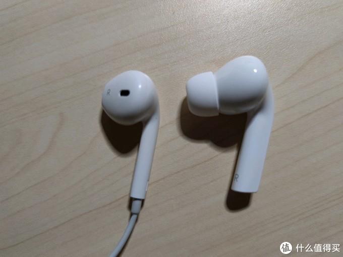 左边普通有线耳机,右边真无线耳机(大小可见一斑)