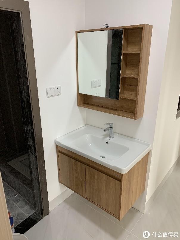 干湿分离,洗手池在卫生间门口。