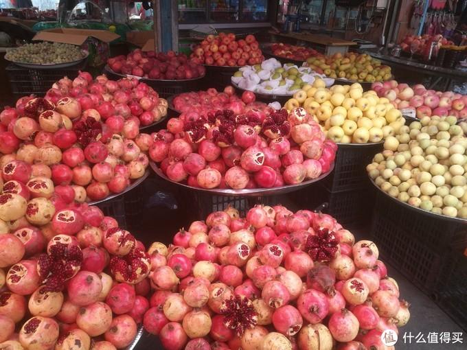 伊宁街头的水果摊