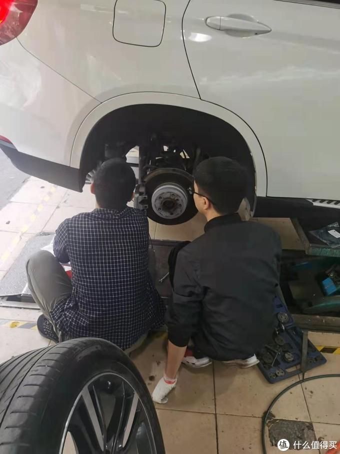 后边的刹车也要换,师傅正在带徒弟嘛