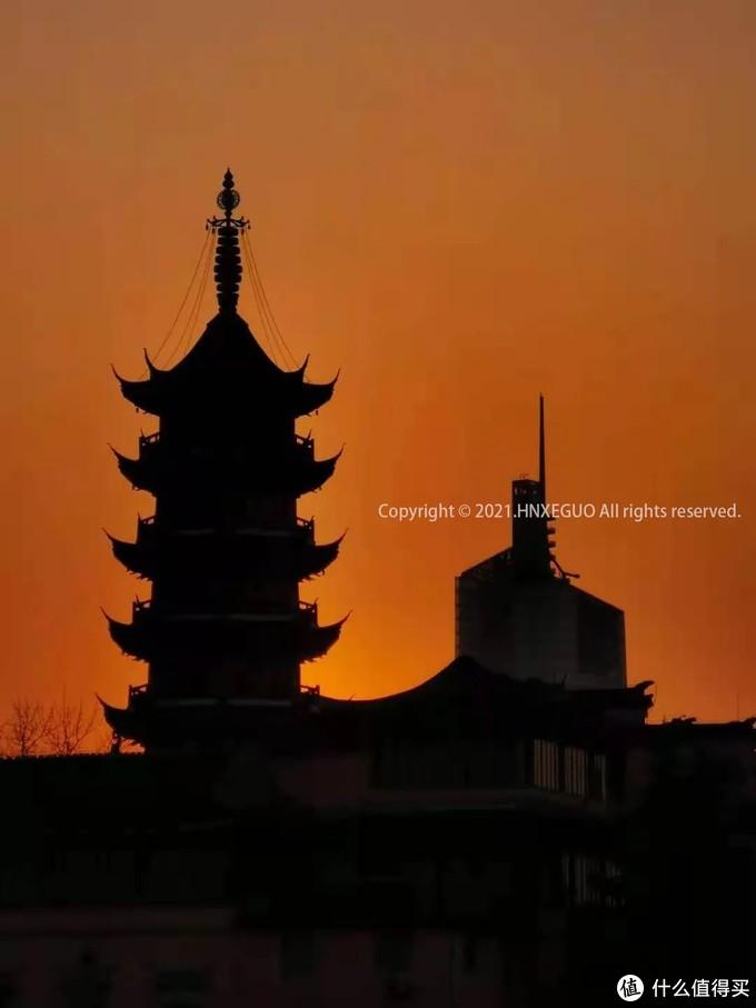【鸡鸣寺日落剪影】日落剪影中的鸡鸣寺多了庄严和肃穆。