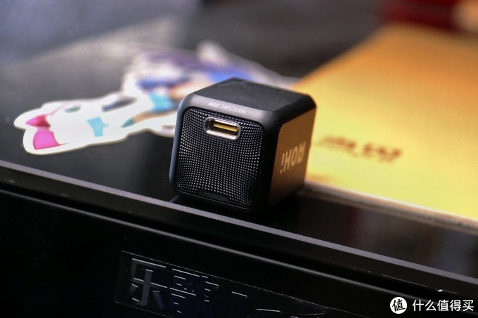只有拇指大小的新氮化镓微型大功率充电器:AOHI 30W上手实测