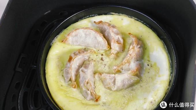 蛋包煎饺,鸡蛋吃起来嫩,煎饺吸收了鸡蛋的味道,棒!