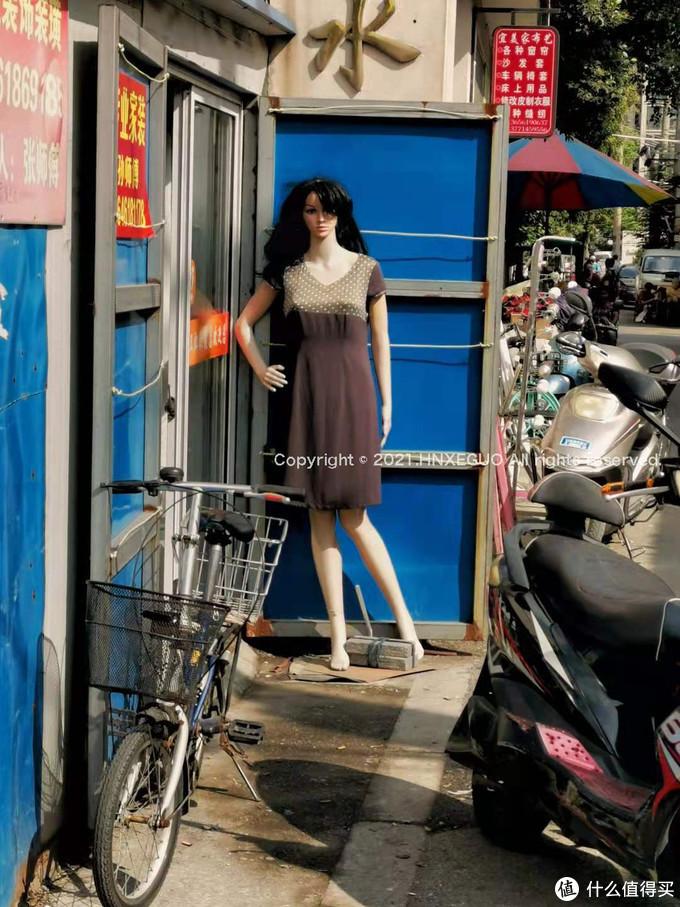 【菜市场里的街边野模】店主一定是一个热爱生活的人,连造型都设计好了~模特仔细放大看,脸上是有妆容的...
