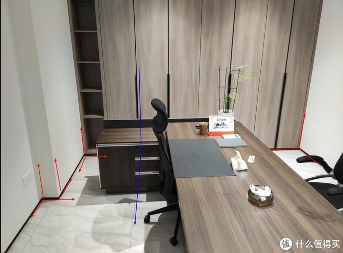 上图:红线地方看 倒角90度,蓝线地方看柜子门缝和地砖缝是一条线。