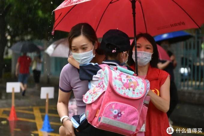 盘点那些萌娃上学路上遮风挡雨的装备