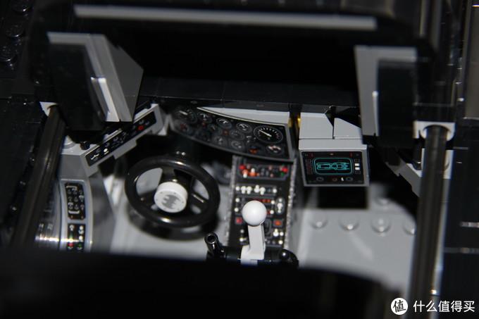 驾驶舱和仪表盘,据说仪表盘是根据飞机驾驶系统设计的,配有自我诊断系统和语音识别系统