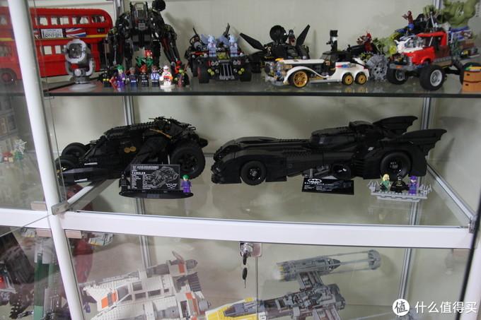与诺兰版的蝙蝠车对比,明显修长光滑许多,钢铁猛男和翩翩绅士,风格迥异