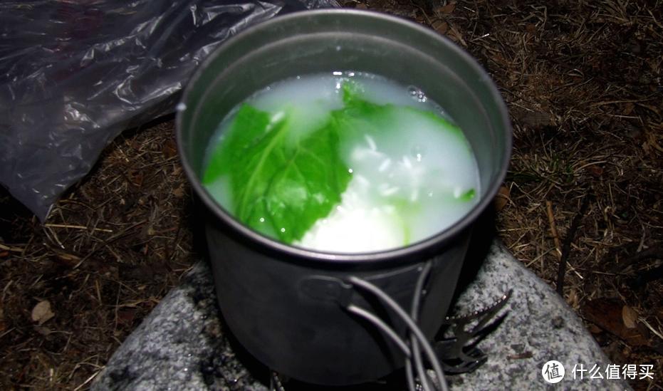 煮了很久都还是夹生饭的菜粥,那时能在户外的时候吃上这么鲜嫩的绿叶蔬菜可是极难极难的