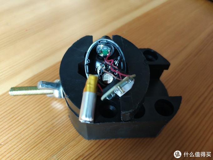 能看到前壳粘贴的喇叭单元,还有和充电仓磁吸的小磁铁,触点上的充电线也焊接在前壳上