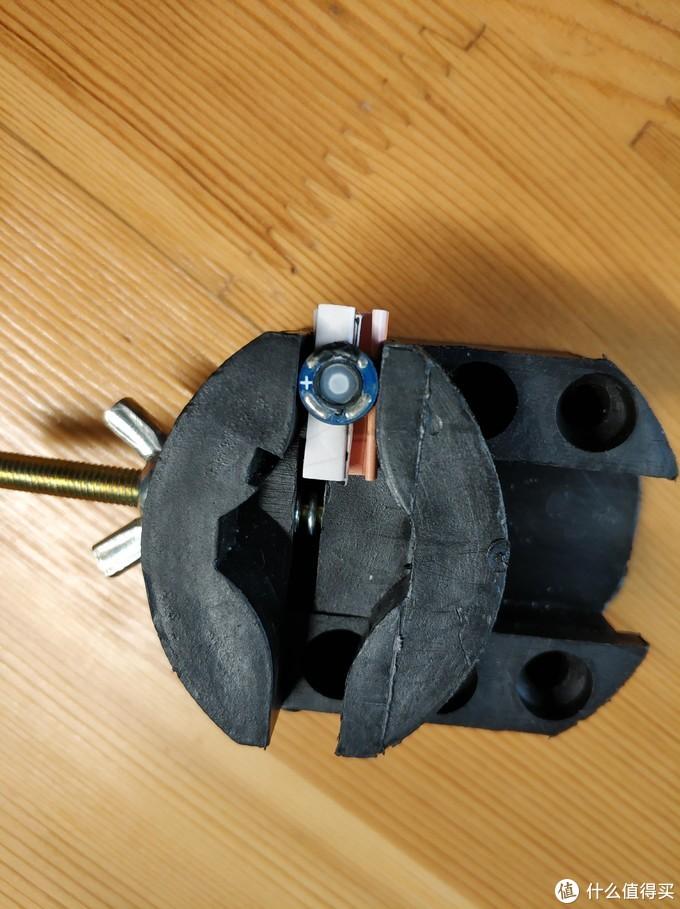 把要换的单元用塑料夹具夹住,也可以用其它固定方法,之所以固定单元就是防止单元的磁铁把电烙铁吸住,这样一来就直接把单元烫废了