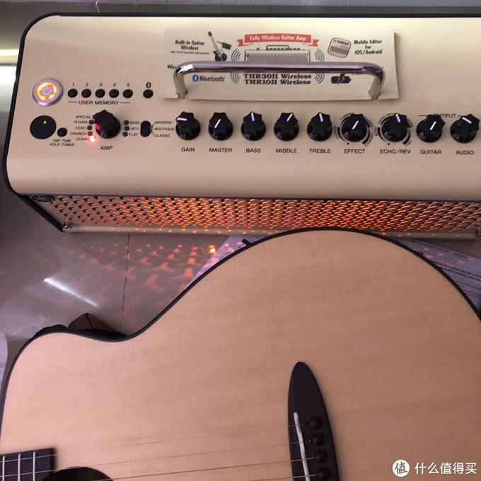 和我的木吉他合照