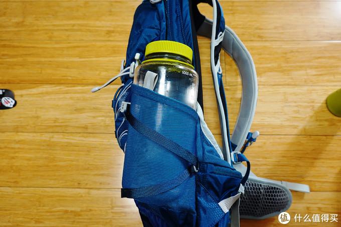 但1L的水瓶放进去比较困难,而且会挤占主包的空间