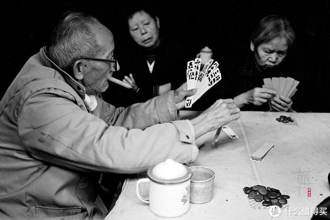 老年人在打一种古老的牌