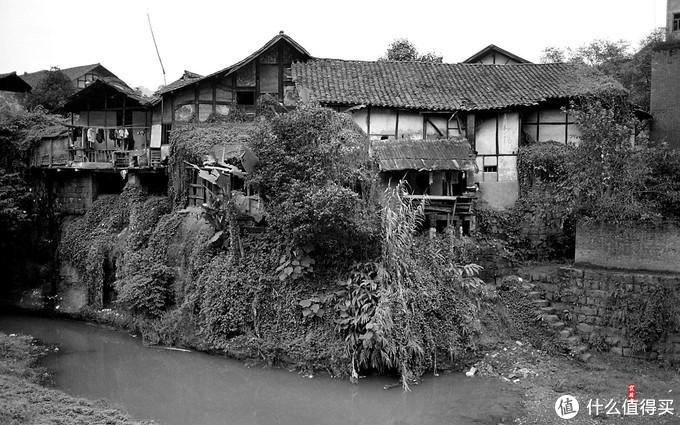 临河陡崖上的建筑
