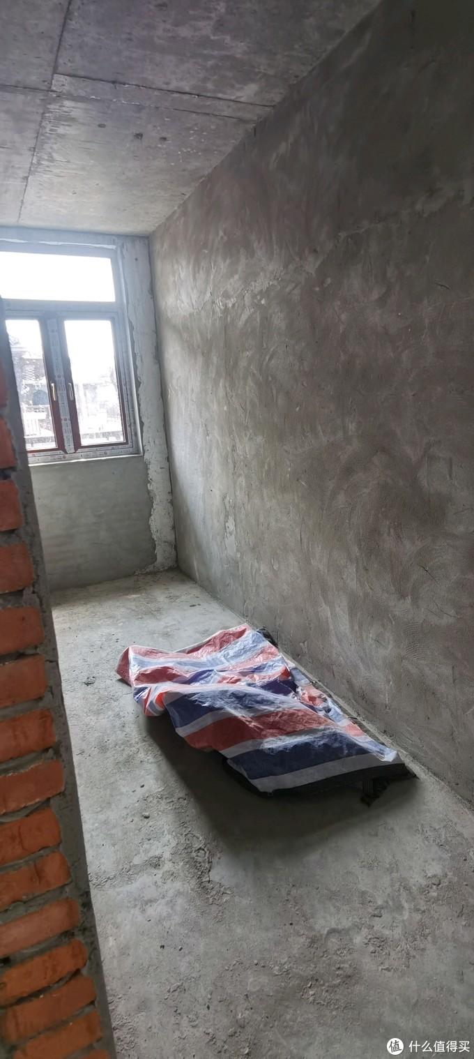 隔出来的卫生间,是个长条形的,长达6米,厕所洗浴洗漱位置都能隔出来。