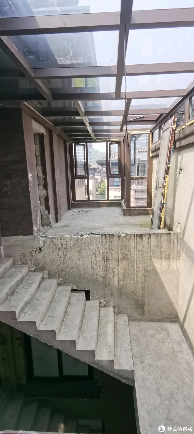从这看过去对面的样子,中间隔了个楼梯