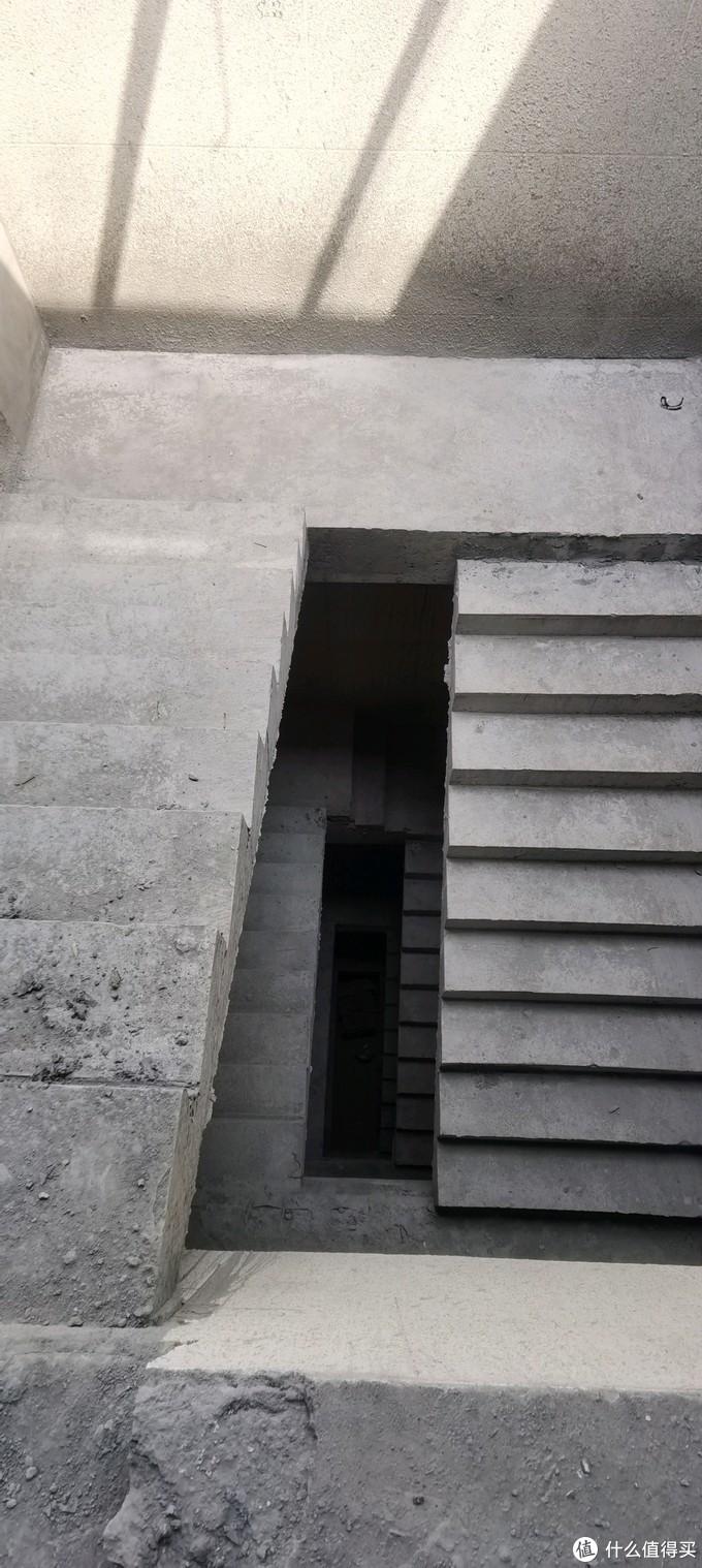 顺着3楼往下看,还有点吓人