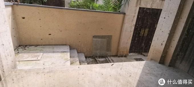 1楼正门口,带了个很小的花园,已经都固化了,要不蚊子太多