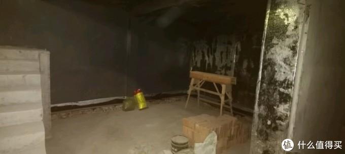 进门旁边,以后打算拿来当做手工的地方,这墙超级厚,隔音效果很不错