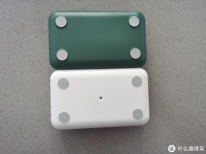 唯一的不同可能就是底部的防滑垫,绿色有纹路,而且安装严丝合缝,白色款可能手工贴的,歪歪扭扭,不过防滑效果大同小异。另外白色款有一个不知何用的小孔。