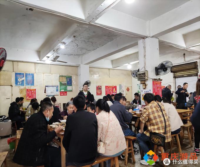 重庆朝天门码头附近的碗碗菜,装着的不仅是佳肴,还是一份情怀