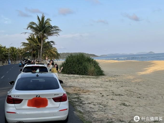 一边是海,一边是椰树,用无人机拍照和视频真的很好看