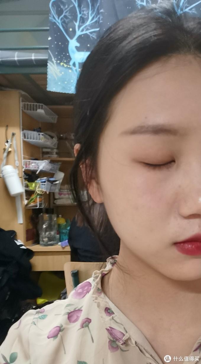 带妆十小时,鼻翼两侧卡粉,痘痘处斑驳