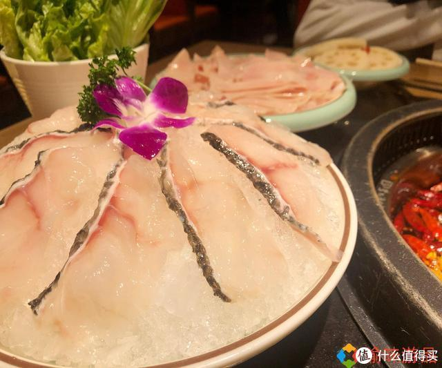 """探店:重庆商圈里的牛油火锅,服务与海底捞媲美,味道很""""巴适"""""""