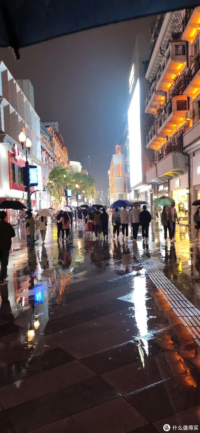 """今夜""""胡泊""""武汉雨夜街头,偶遇一碗牛杂粉,感情如何?真是贴切的胡泊情怀"""