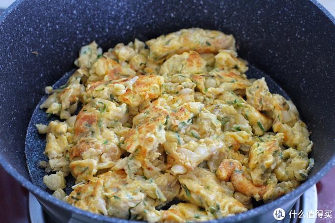 小时候这野菜遍地都是,炒鸡蛋口感一绝,蒜香十足米饭能吃两碗!