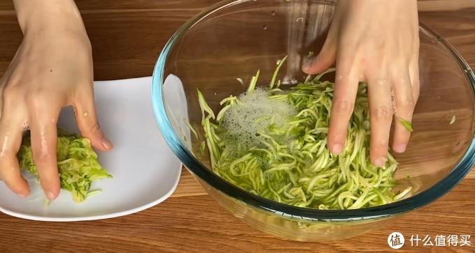 西葫芦别只炒着吃了,把它做成西葫芦鸡蛋饼,鲜香味美,营养健康