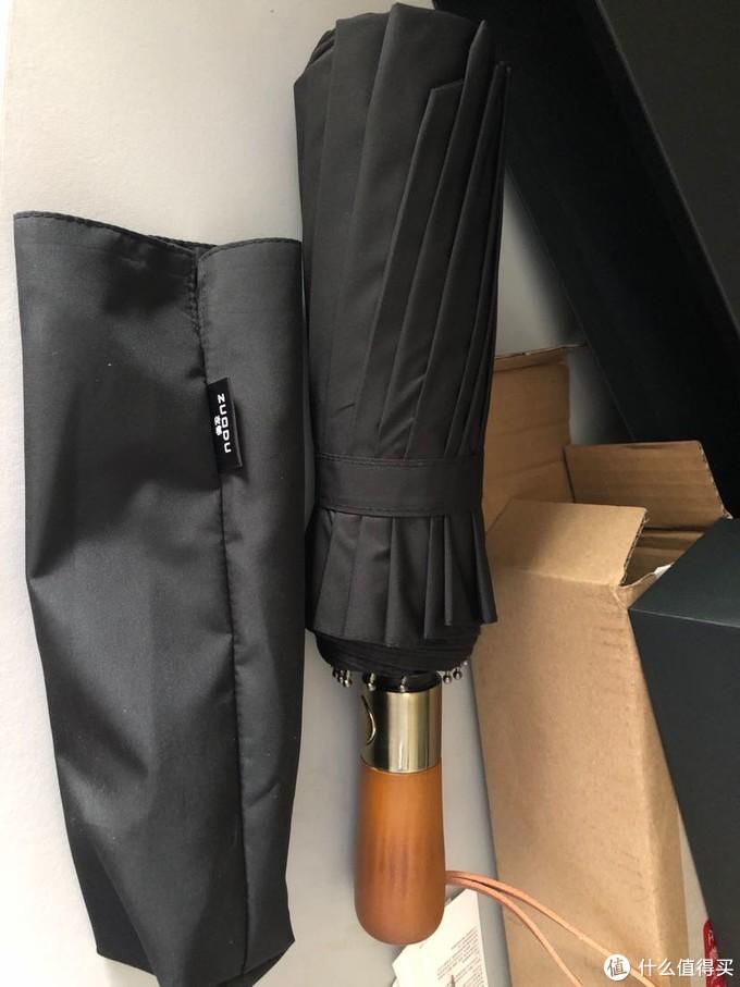 除了雨伞还有一件收纳袋,用料还不错,里外双层布料