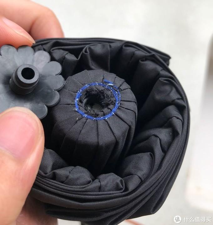 发现雨伞顶部的伞帽可以拧出来,没用多大力就可以,可以看到缝线做工,还有个花边的橡胶起了垫圈的作用,貌似出厂的时候没拧紧,一时间也不知道该说啥