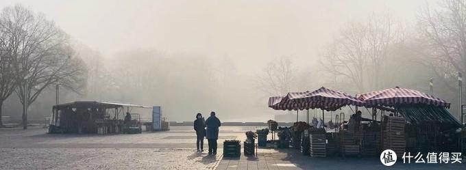 晨雾下的早市,左边和右边都是卖菜的,看不到的角落里还有一个做煎饼的