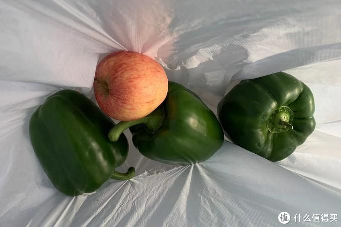 就为了给你们演示一下,买的这仨青椒要了我5欧元(40rmb),送了个苹果。