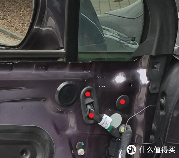 拆除内饰后,抠开红点标示处的两个橡胶盖,内部有三颗螺母,拆下即可拿下后视镜