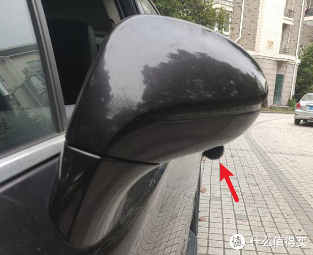 打孔后装上摄像头,这里看还是很明显的。。。等以后看能不能换个专用支架藏起来一点吧。。。摄像头位置以能拍到车身边缘和前后轮为准,后视镜斜度大的话,可以使用附带的斜度固定胶圈