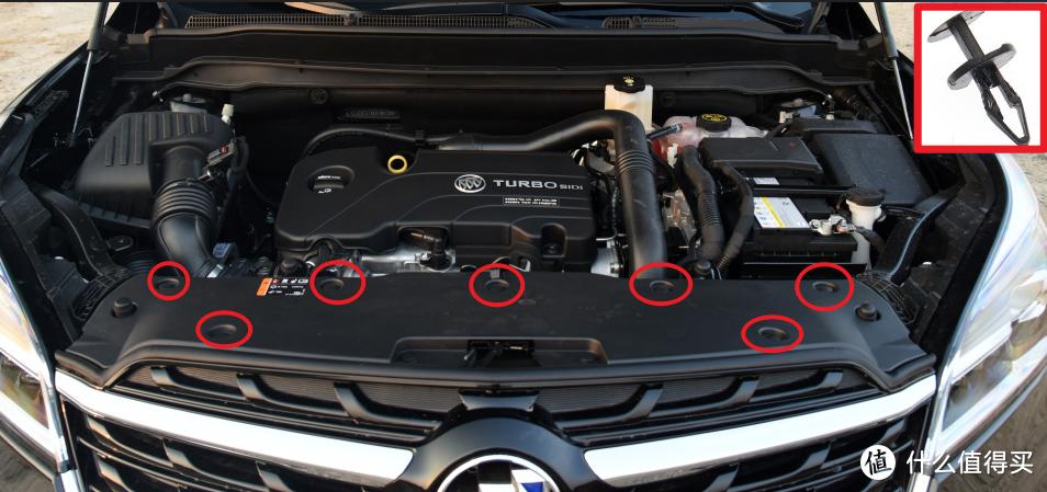 又到了借助汽车之家的时候。首先我们打开引擎盖,用撬棒撬开红圈处的卡扣。卡扣如右上图,是双层结构先撬第一层,再撬第二层。拆完卡扣,盖板即可取下