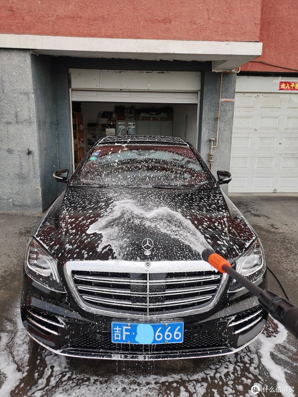全车来个泡泡浴,洗车机自带的快速切换枪头的泡沫实在差强人意
