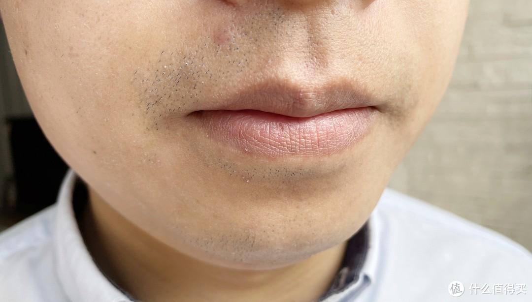 左右两侧面部剃须对比。