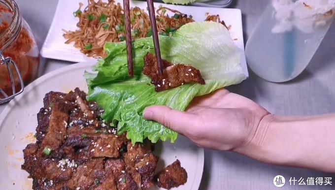 韩式烤五花肉,一片生菜两块肉,吃起来太爽了